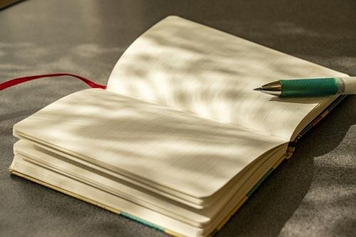 卓上のノートとペン