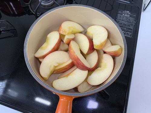 リンゴを鍋にいれる