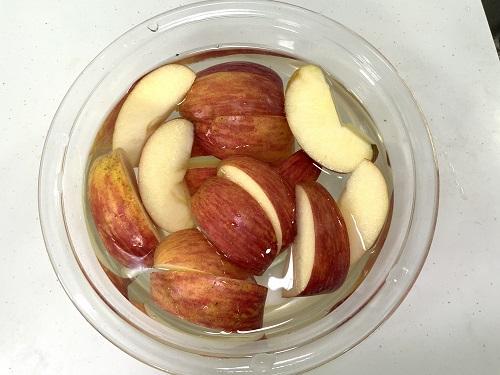 リンゴを塩水につける