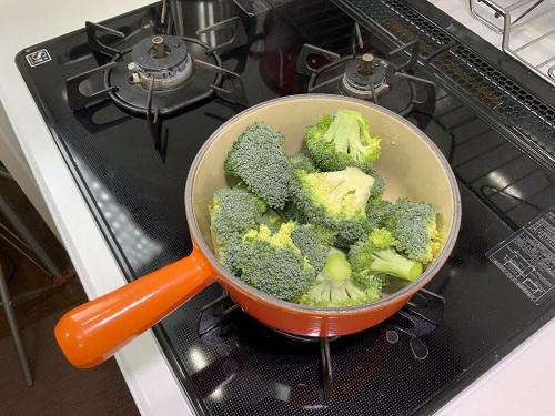 鍋にブロッコリー