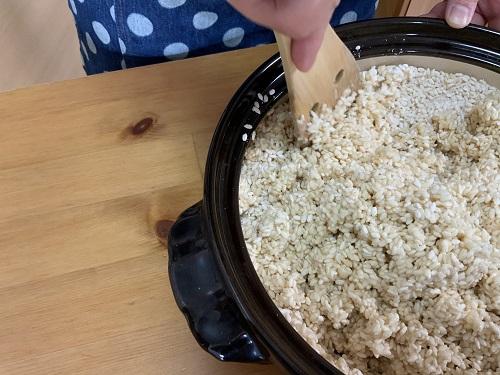 塩麹と種水を混ぜる